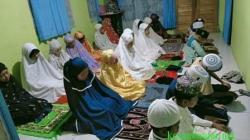 SHOLAT – Anak-anak murid Syahriansyah melaksanakan sholat berjamaah.(foto: ramli)