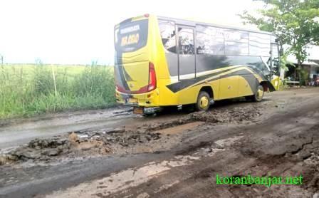 BUS – Kendaraan bus menghindari jalan rusak di Kabupaten HST. (foto: ramli/koranbanjar.net)