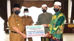 Bupati Hulu Sungai Selatan (HSS), Drs.H.Achmad Fikry menyerahkan bantuan beasiswa. (foto: istimewa)