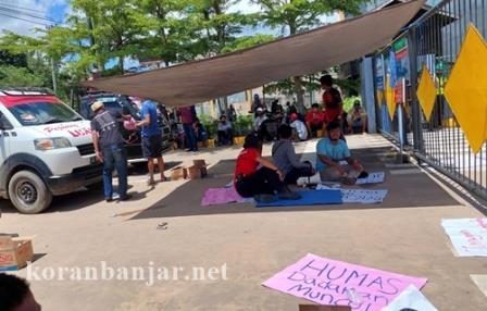 Para pendemo di depan PT SDO Kotabaru. (foto: icah/koranbanjar.net)