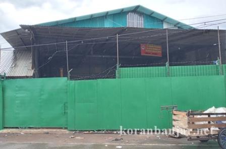 Gudang H Misran yang dilempari bom molotov oleh orang tak dikenal. (foto: leon)