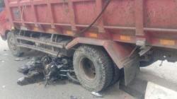 Motor hancur terlindas truk yang tak kuat naik tanjakan di Jalan MT Haryono Balikpapan. [Inibalikpapan.com]