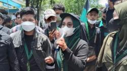 Mahasisa dari HMI menyampaikan orasi, tentang tuntutan mereka pada saat aksi demo, Senin (20/9/2021) siang di depan Gedung DPRD Kalsel, Banjarmasin. (foto: leon)