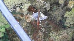 Puing-puing pesawat kargo kecil Rimbun Air terlihat dari helikopter penyelamat di gunung dekat Intan Jaya, provinsi Papua, Indonesia, Rabu, 15 September 2021. (BASARNAS via AP)