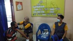 Warga mengikuti program vaksinasi di Polsek Limpasu Barabai. (foto: ramli)
