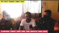 Sosok Andul Basit saat memberikan klarifikasi di hadapan kamera dan didampingi anggota TNI dan Polri.(foto: tangkapan layar)