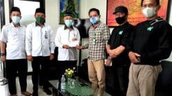 Pimpinan Umum Koranbanjar.net (PT. Media Banjar Grup), Denny Setiawan (baju kotak-kotak) menyerahkan zakat dari karyawannya. (foto: dok koranbanjar.net)
