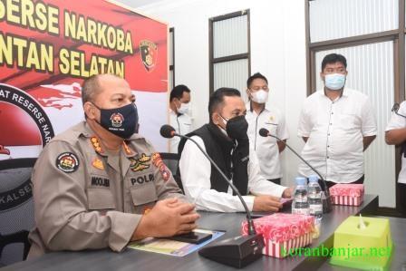 Polda Kalsel melakukan jumpa pers terkait penangkapan dua IRT tersanagka penedar sabu di Kota Banjarmasin.(foto: leon)