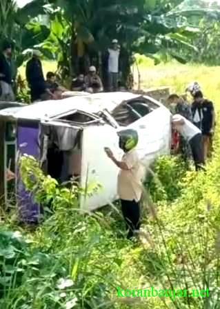 TERGULING – Taksi angkutan umum terguling di Kota Kandangan, Kabupaten HSS, Kalsel. (foto: screenshot dari video rekaman emergency)