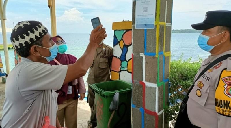 Polsek Kepulauan Seribu Selatan Bantu Warga Saat Scan Barcode Aplikasi Peduli Lindungi di 4 Dermaga Kedatangan