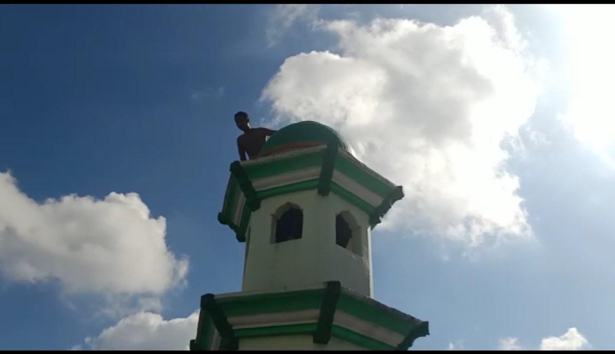 Seorang Pria di Lombok Barat Coba Lompat dari Menara Masjid