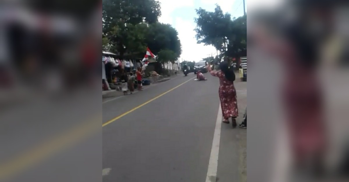 Seorang Ibu di Lombok Hentikan Mobil Jokowi dengan Tidur di Aspal