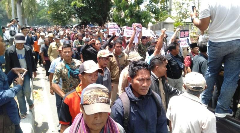 Ribuan Massa Lombok Tengah Tiba di DPRD NTB