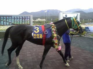 Khanui Jeguk in the Ilgan Sports Winner's Circle