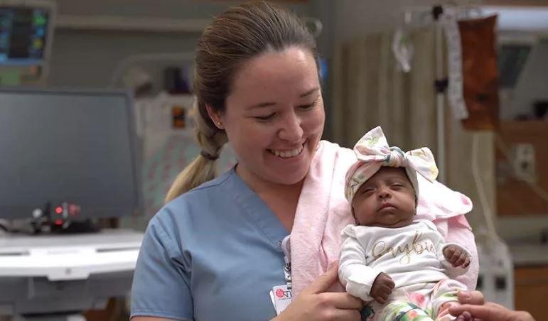 Американские врачи выходили ребенка размером с яблоко.