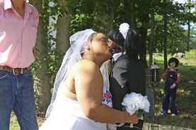 Странный брак между женщиной и куклой-зомби