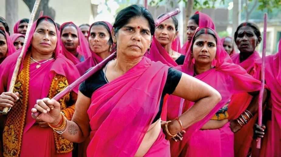 """Самая влиятельная банда Индии - это """"Розовая банда"""". Она становится такой влиятельной, что к ней примыкают многие мужчины."""
