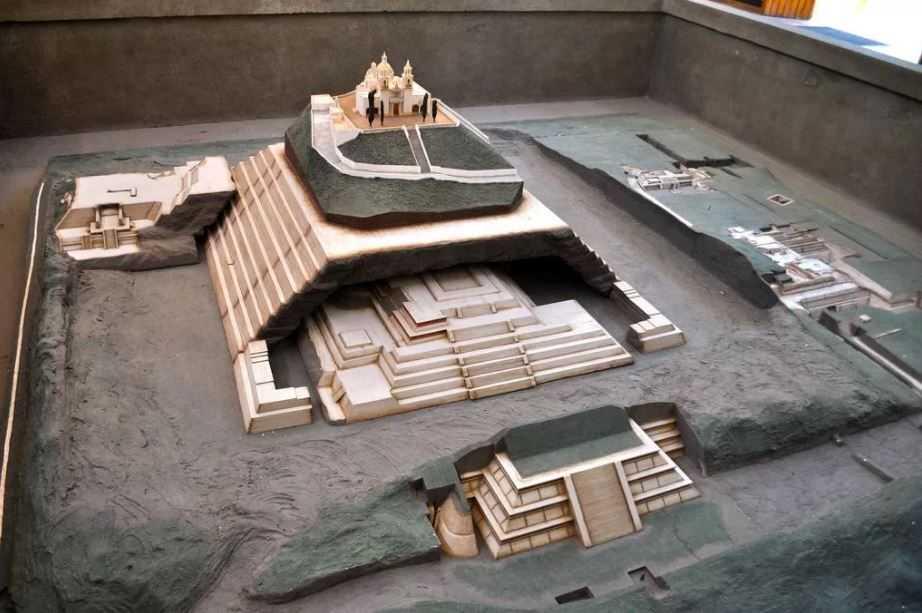 """Макет пирамиды, которую построил гигант Ксельхуа. Одна пирамида надстраивалась над другой - как """"матрешка""""."""