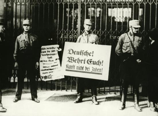 "SA-Männer vor jüdischem Geschäft, April 1933, nach Definition der Ver.di-Jugend eine ""Protestaktion"""