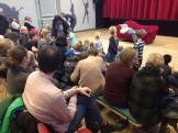 """Det var en flok spændte og glade børn der besøgte os i Korsør Kulturhus da Asterions Hus teateret spillede forestillingen """"Jason"""" og Det Gyldne Skind. Børnene blev inkluderet i forestillingen og måtte sammen med Jason kæmpe mod ildspyende tyre, en drage med tusinde øjne, en troldkælling og en kærlighedshungrende dronning. Lattermusklerne kom i den grad i brug hos både børn og forældre i denne intense, sjove og kropslige forestilling med de to levende skuespillere og en rød sofa som eneste scenografi! Stor tak til Slagelse Bibliotekerne der stod for dagens arrangement."""