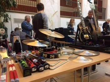"""Rigtigt mange gæster hvert gang Vestsjællands største musik gear og instrument brugt marked, når der bliver hygget og pruttet højlydt om priserne. De mange musikentusiaster møder op for at gøre en god handel. Og handlet og snakket bliver der så sandelig ved Vestsjællands største Eldorado indenfor """"second hand"""" musikgrejs mekka. Her er alt hvad hjertet begærer for både nybegyndere og feinschmeckere af musikinstrumenter, forstærkere samt alverdens forskellige lækkerier inde for effektpedaler, mikrofoner mv.hele dagen."""