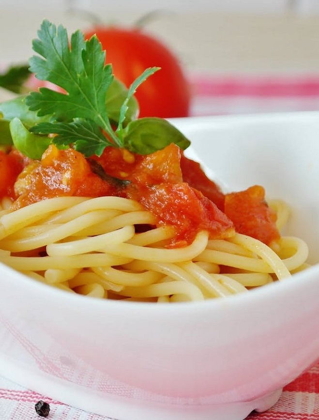 Pasta with tomato & basil sauce