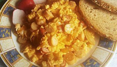 Jajecznica z cebulą i kiełbasą