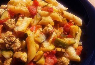 Zapiekanka z kurczakiem, cukinią, makaronem i papryką