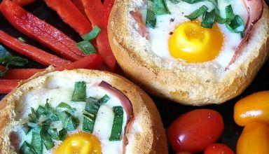 Jajka z szynką i serem w kajzerkach