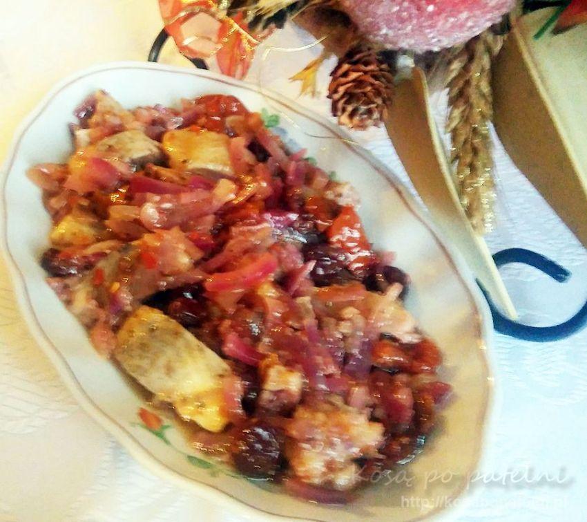 Śledzie w oliwie z pomidorami i żurawiną
