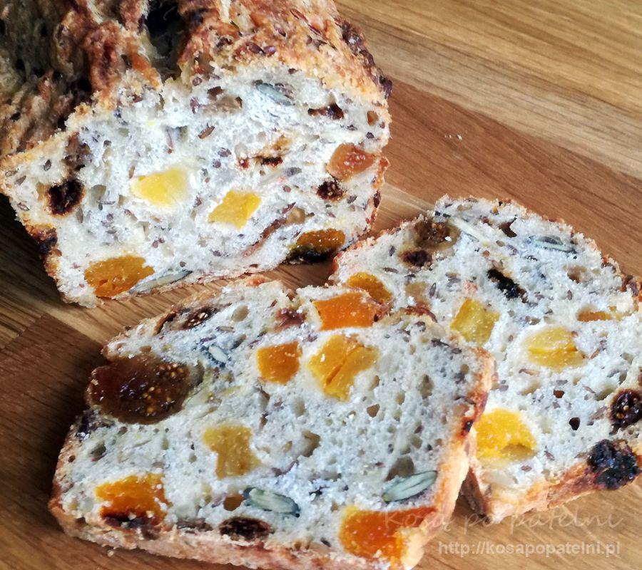 Chleb z ziarnami i owocami na zakwasie