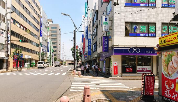 新越谷駅駅前通り一つ目の交差点