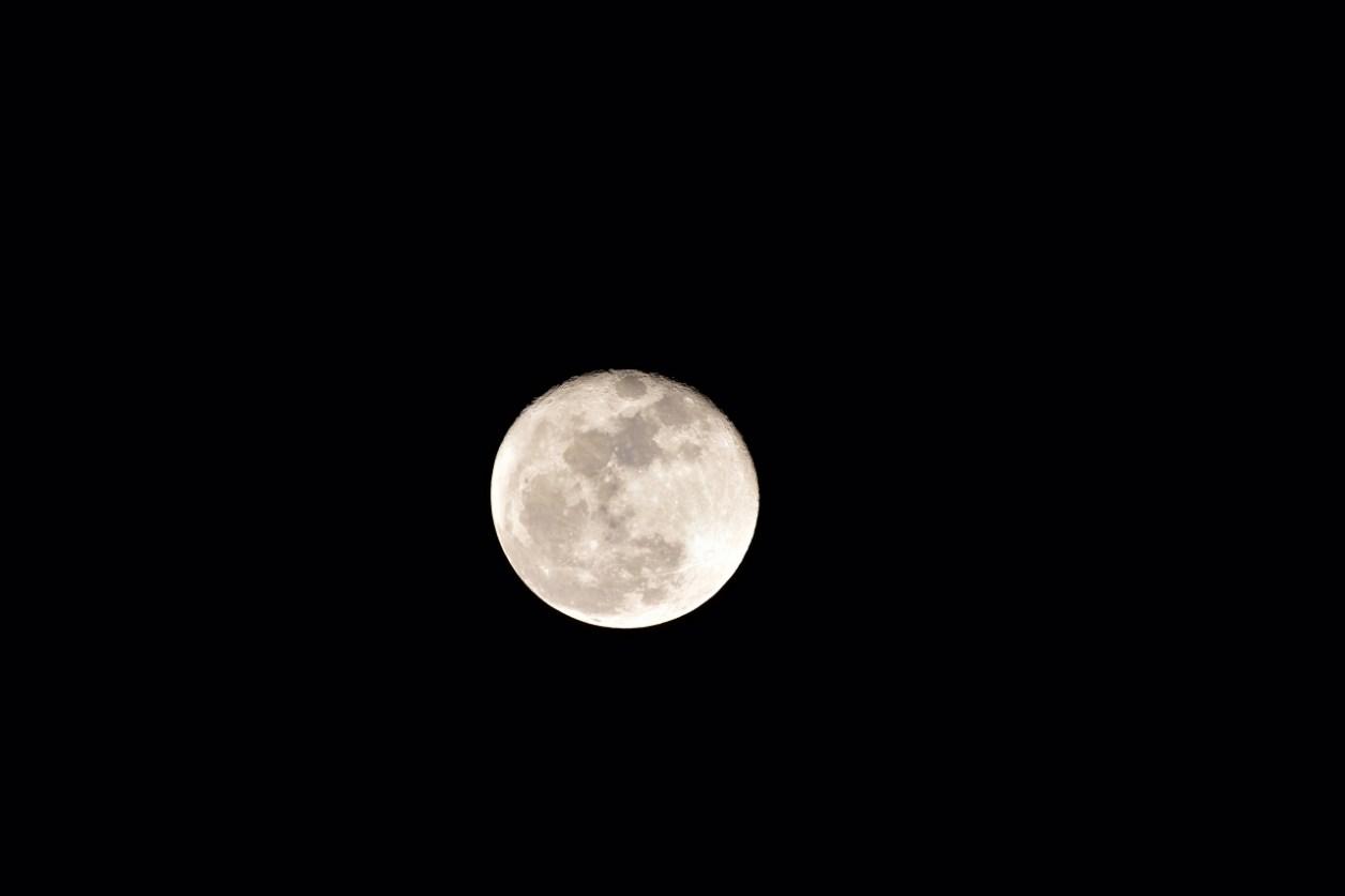 Nikon AF-S NIKKOR200-500mm f/5.6E ED VRで月を撮影する。画像処理前