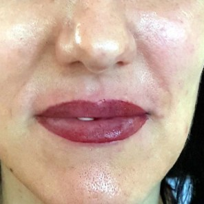 Lippe in natürlichem Lippenrot, mit mehr Lippenvolumen oben