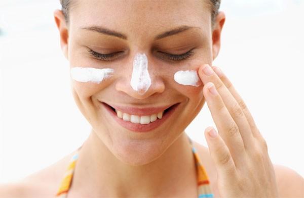 Нужно защищать кожу от солнца