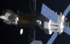 Spacer kosmiczny z MPCV Orion przy przechwyconym głazie / Credits - NASA