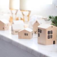 Weihnachtsstadt aus kleinen Holzhäuschen
