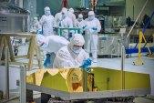 Technik z NASA práve skúma jedno z 18 zrkadiel, ktoré sa zložia dokopy a vytvoria tak 6,5m veľké primárne zrkadlo Vesmírneho Teleskopu Jamesa Webba.
