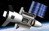 Americký vojenský miniraketoplán na obežnej dráhe s rozloženým solárnym panelom