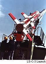Japonská raketa Lambda pripravená na štart. Z tohto uhlu je dobre vidieť začiatočný náklon