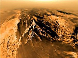 Povrch Titanu pořízený pouzdrem Huygens 14.ledna 2005 při sestupu na povrch. zdroj:nasa.gov/esa.int