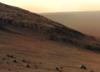 Sol 4104 svyhy Marathon Valley jsou poměrně příkré. NASA/JPL/Cornell