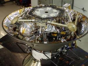 InSight v přeletovém pouzdru během testů.