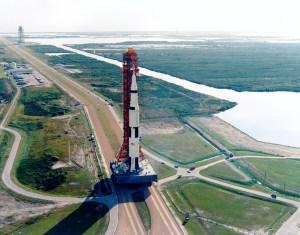 Přesun rakety Saturn V s lodí Apollo 8 na startovní rampu