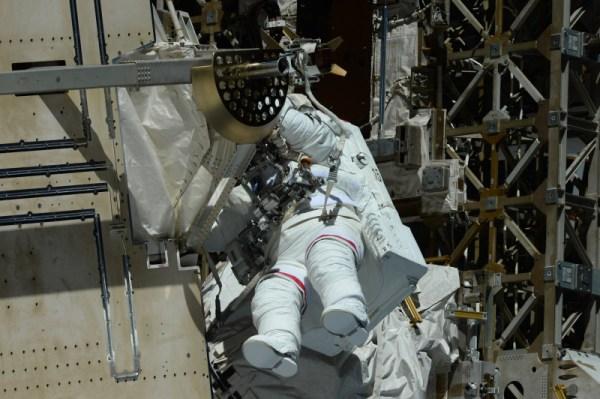 Peggy šplhá po povrchu vesmírné stanice – její cesta nebyla jednoduchá!