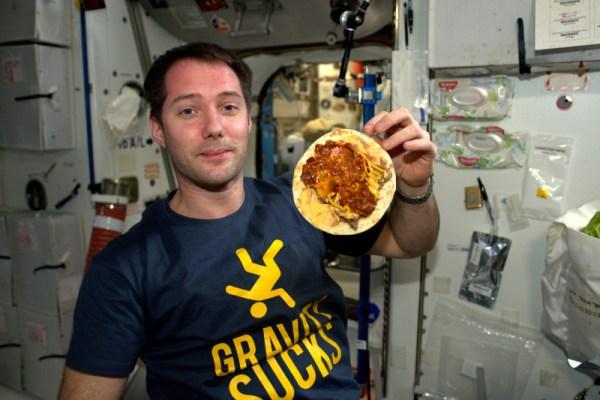 Gravitace je na nic, zvláště pokud jde o jídlo: je tak snadné jen tak poletovat s jídlem!