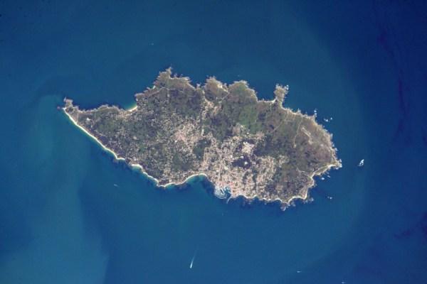 Île d'Yeu se svými dvěma přístavy, které jsou známé pro lov tuňáků a humrů.