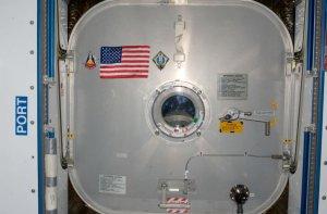 Americká vlajka, vynesená na ISS při poslední misi raketoplánu, čeká, až ji na Zemi dopraví první posádka startující z území USA.