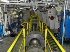 Uložení lodního hřídele na pravoboku v zadní části strojovny.
