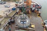 Nakládka kosmické lodi Orion na asistenční kutr v přístavu